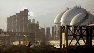 图为伊朗一家炼油厂