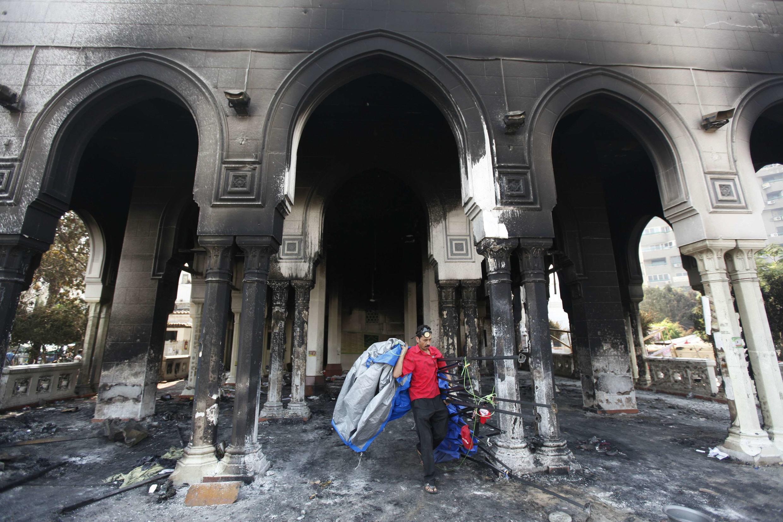 Мечеть Рабаа аль-Адавия, сгоревшая во время столкновений полиции с протестующими