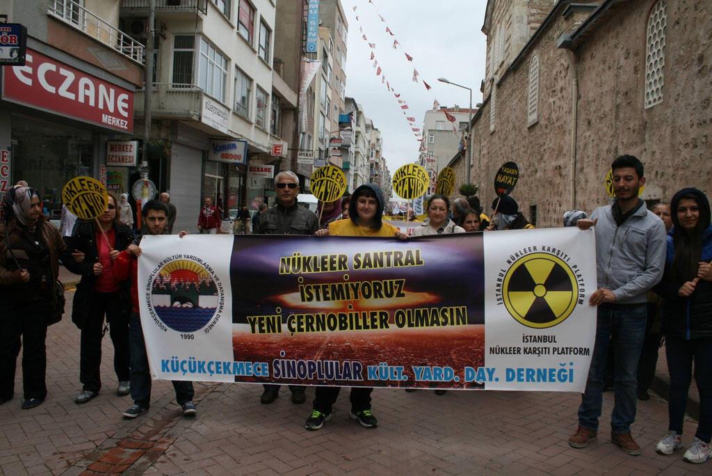 Une manifestation des opposants au nucléaire à Istanbul.