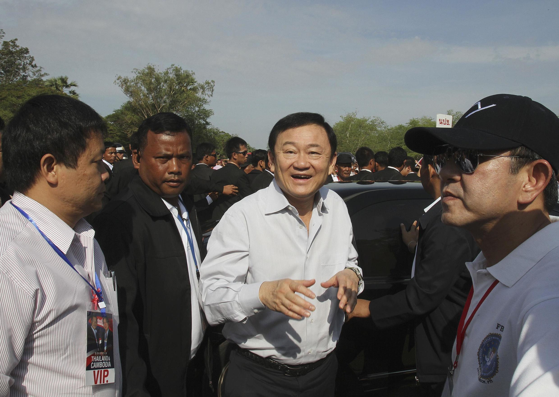 Cựu Thủ tướng Thái Lan Thaksin Shinawatra (giữa) đến đự lễ năm mới của người Khmer tại đền Angkor  Wat Siem Reap ngày 15/04/2012.