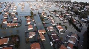 Vue aérienne de la commune de La Faute-sur-mer dans l'ouest de la France après le passage de la tempête Xynthia.