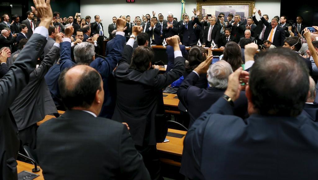 Wabunge wa chama cha PMDB wakipongeza uamuzi wa chama chao wa kujiondoa katika muungano wa Rais Dilma Rousseff, Brasilia tarehe 29 Machi.