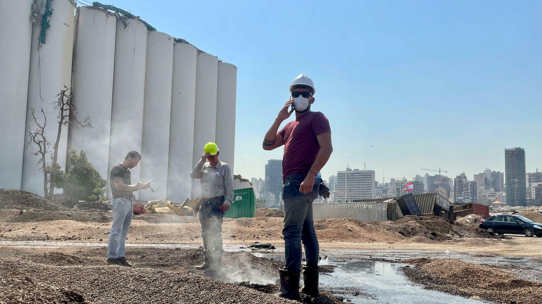 Robin Cres, ingénieur chez Recygroup, au pied des réservoirs à grains éventrés du port de Beyrouth.