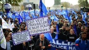 """Polícias desfilando sem uniforme na """"Marcha da revolta"""" em Paris na tarde deste 2 de Outubro de 2019."""
