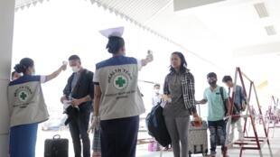 Deux premiers cas de coronavirus ont été détectés en Birmanie alors que les prises de température se poursuivent toujours à la frontière avec la Thaïlande.