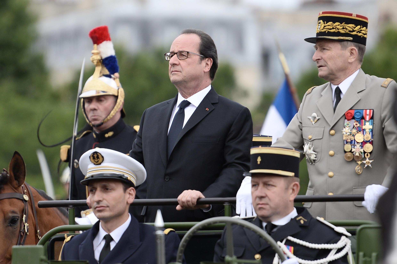 Le président Hollande, avec à sa gauche le général Pierre de Villiers, chef d'état-major des Armées françaises. Paris, le 14 juillet 2016.