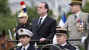 Le président François Hollande, avec à sa gauche le général Pierre de Villiers, chef d'état-major des armées françaises. Paris, le 14 juillet 2016.