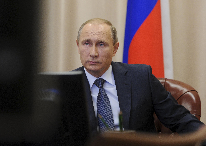 Le président russe Vladimir Poutine en visioconférence avec les responsables militaires des frappes russes en Syrie, le 20 novembre 2015.