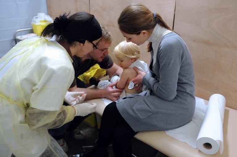 11 vacinas obrigatórias entram em vigor 1 de janeiro de 2018. Na foto bebé vacionado contra a gripe H1N1.
