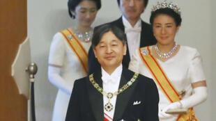 O imperador Naruhito e sua mulher Masako logo após subir ao Trono do Crisântemo, no Palácio Imperial de Tóquio.