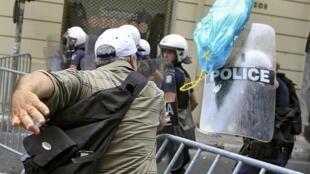 Manifestantes e policiais se enfrentaram nesta quarta-feira (29) em Atenas, no segundo dia de greve geral.