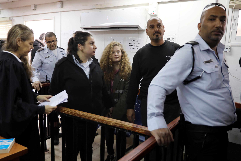 A adolescente palestina Ahed Tamimi chega ao tribunal militar acompanhada pelo seu advogado Gaby Lasky (esq) em Ramallah, Cisjordânia 13 de fevereiro de 2018.