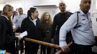 Ahed Tamini cuando fue detenida por agredir a los militares israelíes.