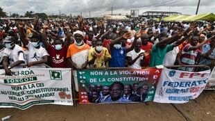 Des manifestants dans les rues d'Abidjan, le 26 septembre 2020, pour protester contre la candidature pour un troisième mandat du président sortant Alassane Ouattara.