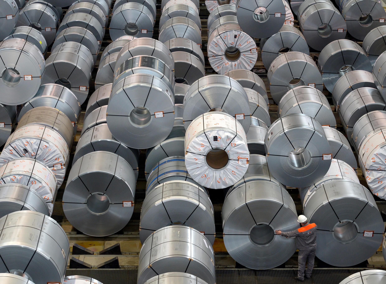 Un employé dans une usine sidérurgique à Salzgitter, en Allemagne, photo prise le 21 mars 2012. (photo d'illustration)