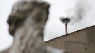 Fumaça preta em segundo dia do concleva. Igreja segue sem papa.