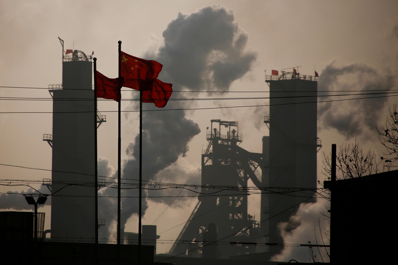 河北省一家钢厂背景下的中国国旗