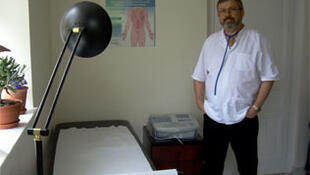 Haralambie Puiu Tonea, médico rumano instalado en una localidad de 1.000 habitantes en la región francesa de Normandía.