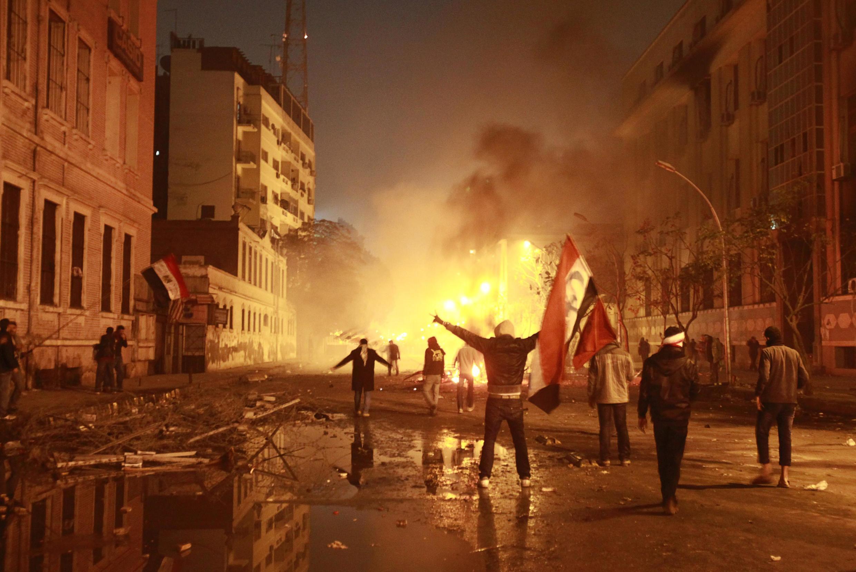 Manifestantes contra o governo egípcio protestam no Cairo, perto no Ministério do Interior.