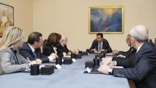 Bashar al-Asad en una reunión con la delegación oficial que participará en Ginebra II, este 20 de enero de 2014.