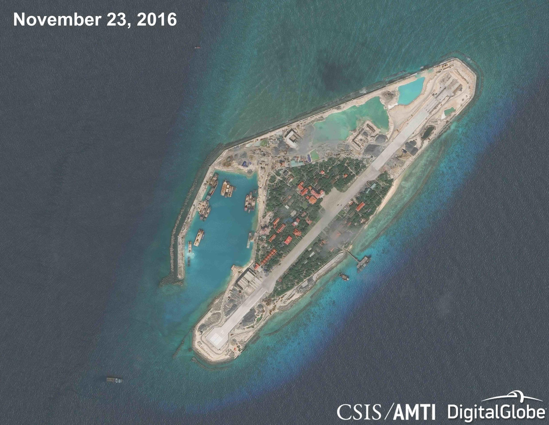 Ảnh vệ tinh của đảo Trường Sa Lớn (Biển Đông) chụp ngày 23/11/2016 cho thấy công trình nối dài phi đạo gần như hoàn tất.