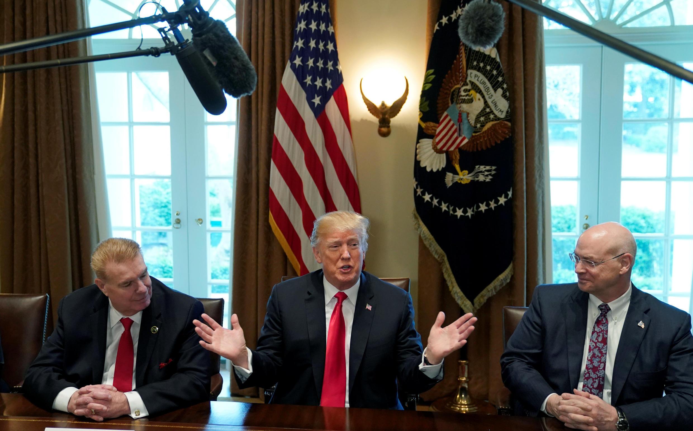 Le président Donald Trump annonce l'imposition des tarifs de 25% pour l'acier et 10% pour l'aluminium, lors d'une réunion à la Maison Blanche, à Washington, le 1er mars 2018.