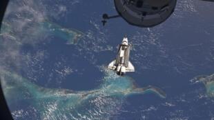 Phi thuyền Atlantis tiến sát gần Trạm không gian Quốc tế. Ảnh ngày 10/07/2011