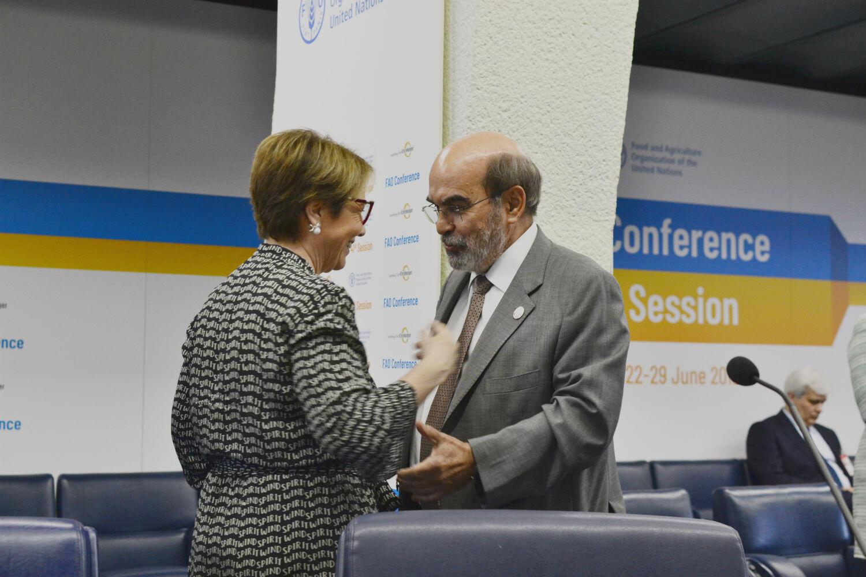 Tereza Cristina cumprimenta o brasileiro José Graziano da Silva, que deixa o cargo de diretor geral da FAO