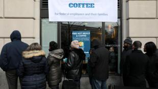 """Des employés fédéraux font la queue devant la cantine de World Kitchen à Washington, le 16 janvier 2019. 2019年1月16日部分美国联邦雇员在华盛顿人道组织""""世界餐厅""""设立的免费食堂前排队"""