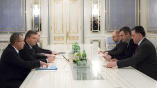 Tổng thống Ukraina Viktor Yanukovich (thứ 2 bên trái) gặp lãnh đạo đối lập Vitaly Klitschko (thứ 2 phải) vvà Arseny Yatsenyuk (thứ 3 phải) ngày 25/1/2014 tại Kiev.
