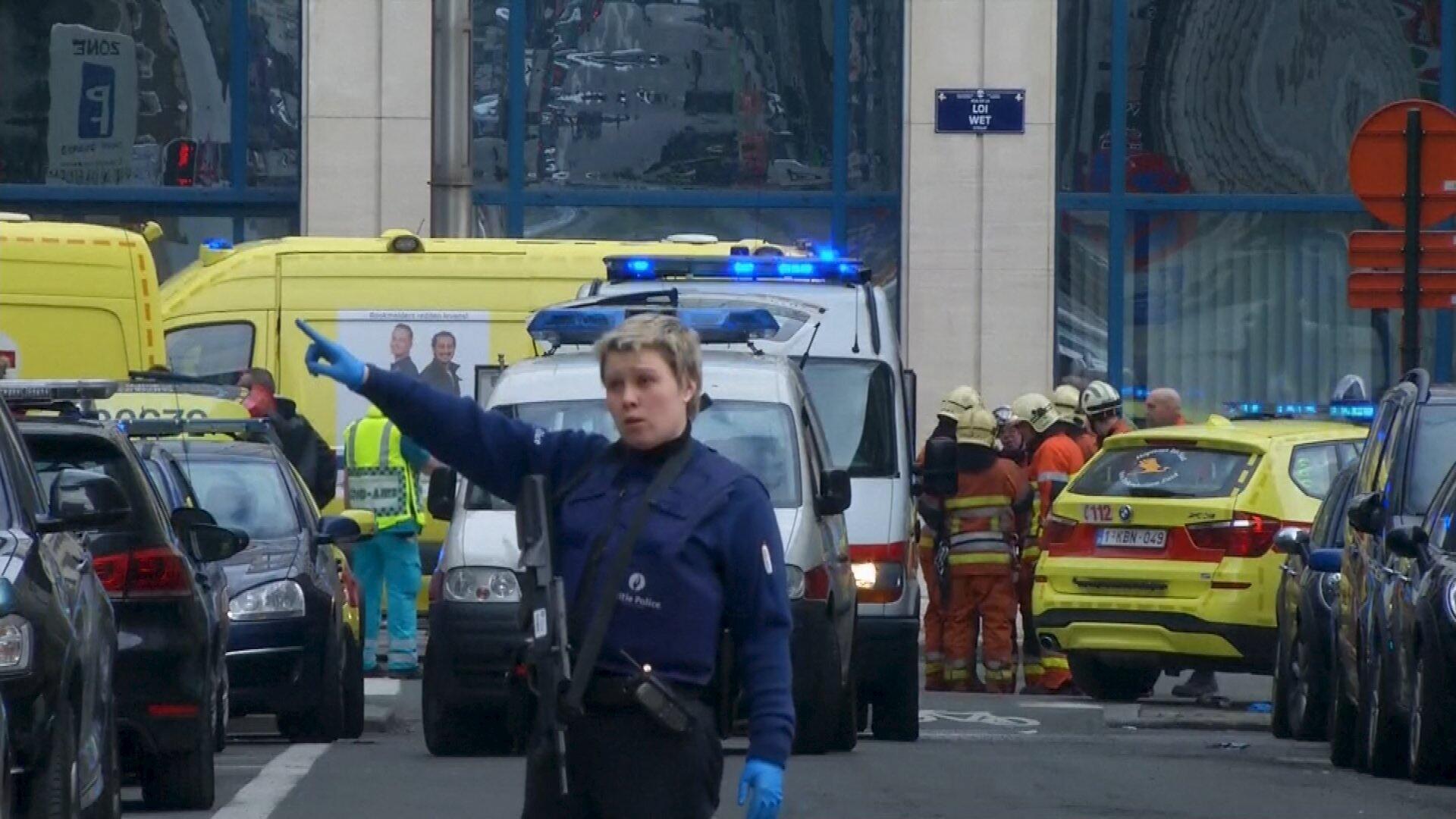 Equipe de resgate em frente da estação de metrô onde aconteceu uma das explosões em Bruxelas.