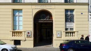 L'entrée de la bibliothèque polonaise de Paris au 6, quai d'Orléans.