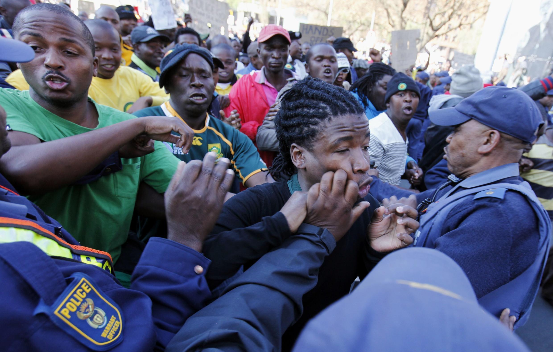 'Yan sanda na kokarin kwantar da magoya bayan  Julius Malema, shugaban Matasan Jam'iyyar ANC a kasar Afrika ta Kudu