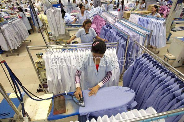 Une usine de confection à Phnom Penh, au Cambodge, le 4 janvier 2011. Selon WWF France, la consommation de vêtements dans le monde a doublé entre 2000 et 2014.