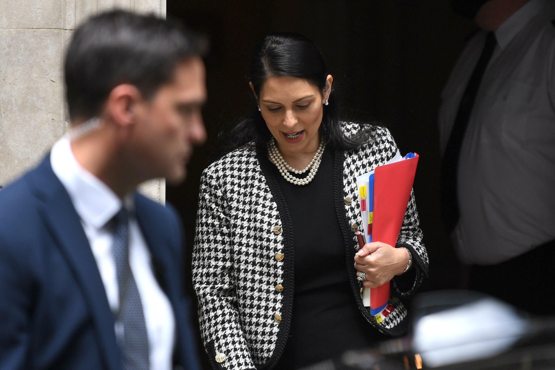 La ministra británica de Interior, Priti Patel, abandona la casa del primer ministro en Downing Street, en Londres el 24 de junio de 2021