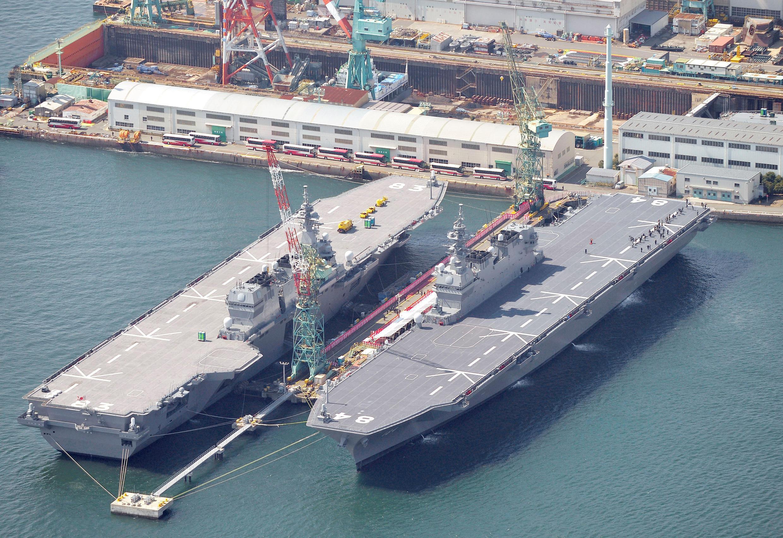 Tàu DDH-184 Kaga lớp Izumo chở trực thăng (T) sẽ được nâng cấp thành hàng không mẫu hạm, tại cảng Yokohama, 22/03/2017.