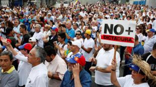 Des opposants au président vénézuélien Nicolas Maduro manifestent à Caracas, le 15 avril 2017.