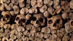As Catacumbas de Paris abrigam restos mortais de milhões de parisienses.