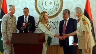L'Américaine Stéphanie Williams, conseillère politique de l'envoyé spécial de l'ONU pour la Libye, salue des membres du gouvernement d'union nationale libyen, fin mai.