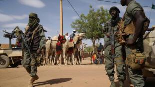 (Photo d'illustration) Des soldats maliens patrouillent à Ménaka pendant la visite du Premier ministre le 9 mai 2018.
