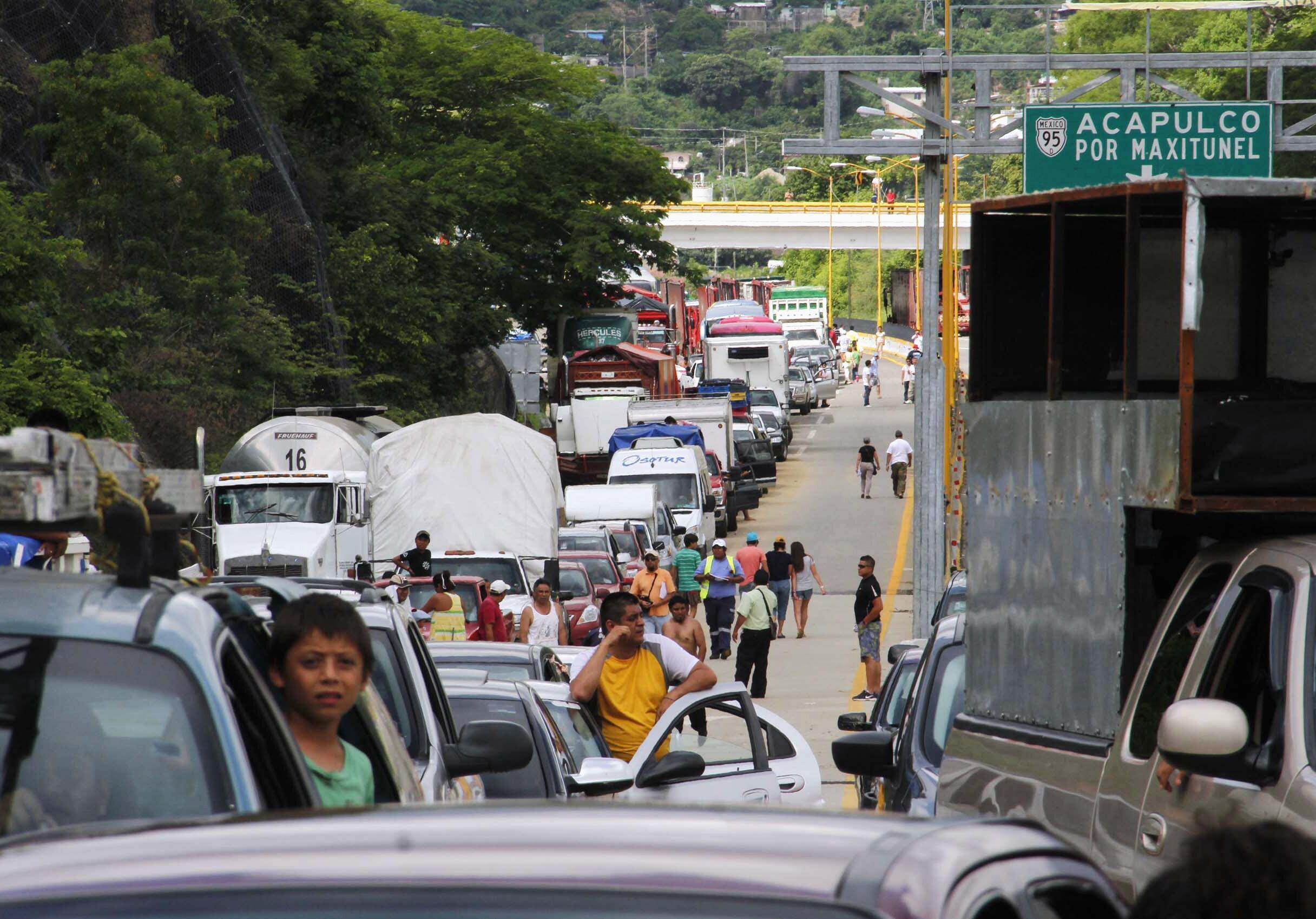As estradas foram reabertas e os milhares de turistas bloqueados em Acapulco há uma semana puderam deixar a estância balneária.