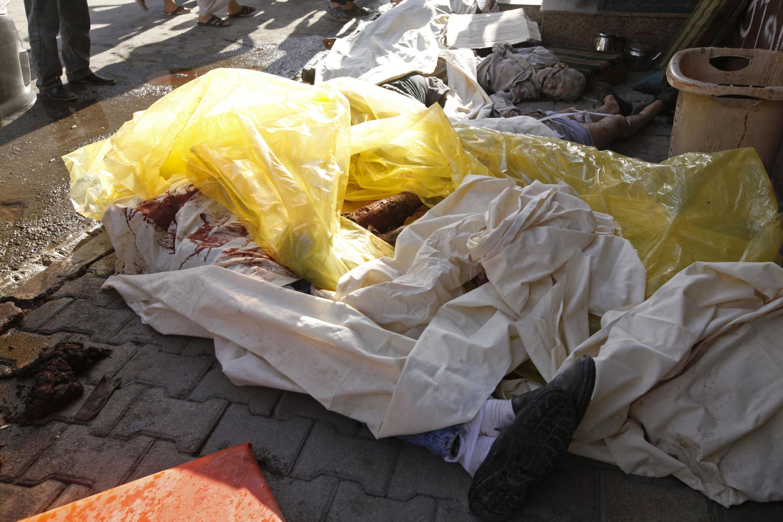 Corpos de civis mortos em bombardeio do regime contra o bairro residencial de al-Shaar, no sábado, em Alepo.