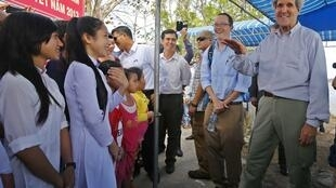 Ngoại trưởng Mỹ John Kerry (P) nói chuyện với các sinh viên tại xã Tân Ân Tây, huyện Ngọc Hiển, tỉnh Cà Mau, 15/12/2013