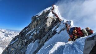 На вершине Эвереста образовалась «пробка», которая приводит к гибели альпинистов