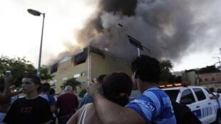 La televisión brasileña mostraba este lunes cómo las llamas consumían los almacenes de la Ciudad de la Samba, cerca del centro de Rio.
