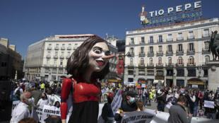 Manifestation contre la politique d'Isabel Diaz Ayuso, président de la région de Madrid, caricaturée dans le cortège en pantin avec un long nez de Pinocchio, le 17 avril 2021 dans la capitale espagnole.