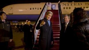 美國國務卿克里1月26日晚間抵達北京