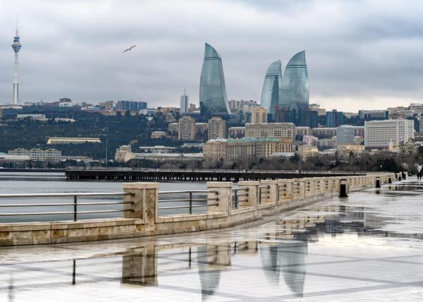 Приморский бульвар и вид на «Пламенные башни», Баку, март 2019 г.