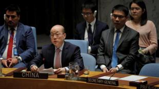 Đại sứ Trung Quốc (giữa) tại phiên họp Hội Đồng BẢo An thông qua lệnh trừng phạt mới đối với Bắc Triều Tiên ngày 29/08/2017, tại New York.