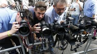 Les journalistes font le siège de la royale clinique depuis plusieurs semaines dans l'attente de la royale naissance, désormais imminente, lundi 22 juillet 2013.